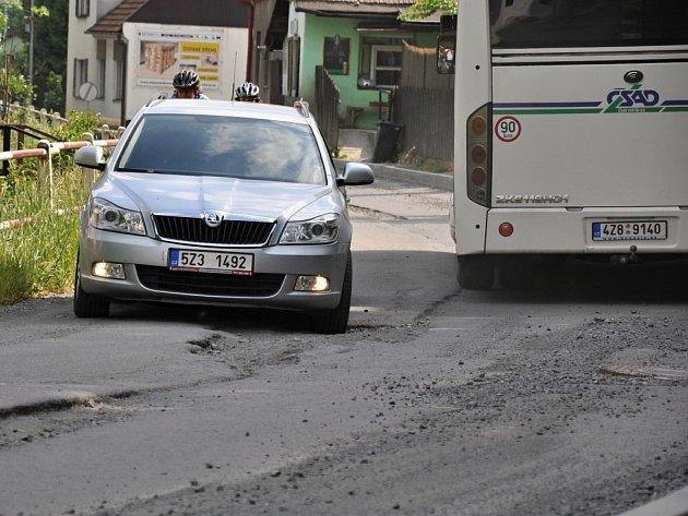 Silnice ve vsetínské místní části Horní Jasenka je už druhým rokem rozbitá kvůli stavbě kanalizace.