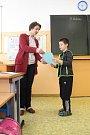 Žáci druhé třídy na základní škole ve Valašské Polance si 31. ledna 2018 převzali pololetní vysvědčení z rukou třídní učitelky Vlasty Ibříškové.