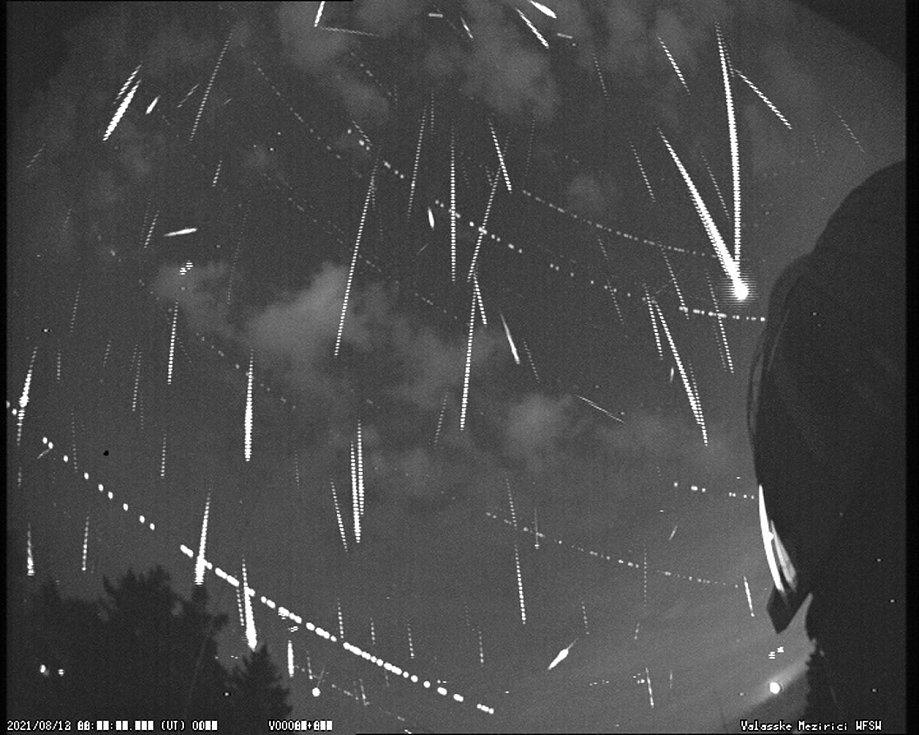 Kombinovaný snímek meteorů převážně zmeteorického roje Perseid, pořízený letos 12. srpna jednou zkamer ve Hvězdárně Valašské Meziříčí.