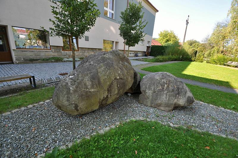 Vidče - kamenné koule umístěné u obecního úřadu ve Vidči.