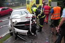 Zraněním spolujezdce a jeho převozem do nemocnice skončil ranní náraz osobního auta do zábradlí oddělujícího silnici od chodníku ve Valašském Meziříčí za železničním podjezdem ve směru do Poličné.