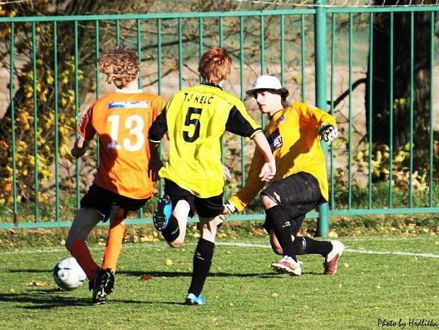 V krajské soutěži dorostu zvítězili v tomto utkání fotbalisté Kelče (žluté dresy) nad Lidečkem 11:0.