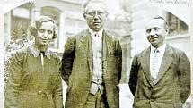 PROFESOŘI. Profesorský sbor městského reálného gymnázia ve Vsetíně ve školním roce 1929/1930. Uprostřed první ředitel gymnázia Karel Kepert.
