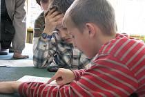 Školáci z Valašského Meziříčí v místní knihovně soutěžili, kdo přečte úryvek textu rychleji, a přitom srozumitelně.