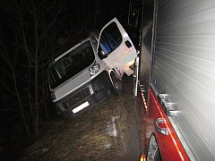 U Valašské Bystřice havarovala v úterý 13. prosince 2016 v podvečer dodávka Fiat Ducato. Jejímu pádu ze svahu zabránili hasiči