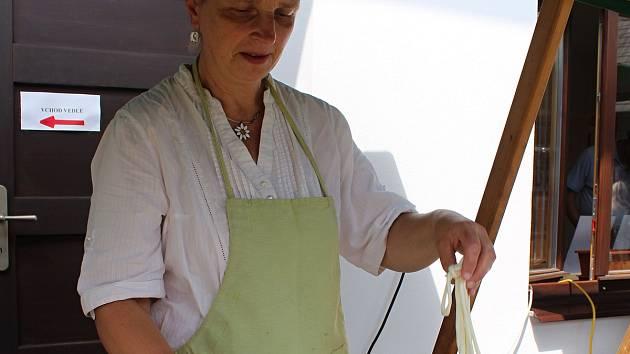 Třetí ročník Hrozenkobraní. Na snímku Šárka Langová, která vyrábí sýrové korbáčky.