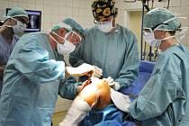 Vsetínští ortopedové úspěšně při operaci kolene použili moderní technologii Visionaire.
