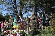 Členové Klubu vojenské historie 234. pěšího praporu z Valašského Meziříčí drželi spolu se zástupci Armády ČR u pomníku čestnou stráž.