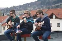 Vsetínská poppunková skupina Criminal Colection při nahrávání akustických živých klipů na střeše Domu kultury ve Vsetíně.