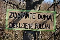 """Cedule s nápisem """"Zůstaňte doma. Děkuje Pulčín"""" umístěná kvůli pandemii koronaviru u příjezdové cesty do turisty vyhledávané osady Pulčín ve Francově Lhotě."""