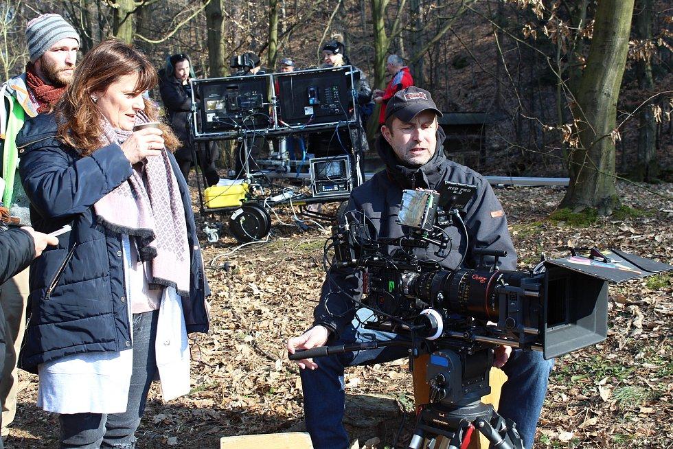 Filmový štáb začal posledního února s natáčením pohádky Největší dar. Z lokalit si filmaři vybrali z velké části prostředí Valašského muzea v přírodě v Rožnově pod Radhoštěm. Vlevo režisérka Daria Hrubá  a kameraman David Ployhar.