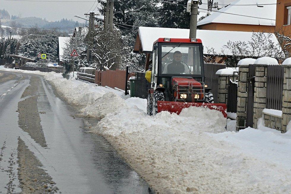 Technika odklízí sníh z chodníků v Ratiboři na Vsetínsku; pondělí 8. února 2021