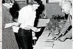 ROŽNOV POD RADHOŠTĚM. Tehdejší voliči a volební komise ve volebních místnostech v roce 1981.