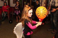 Tradiční Halloweenskou párty si o prvním listopadovém víkendu 2018 užívaly i děti ve vsetínském klubu U Splavu na Ohradě.
