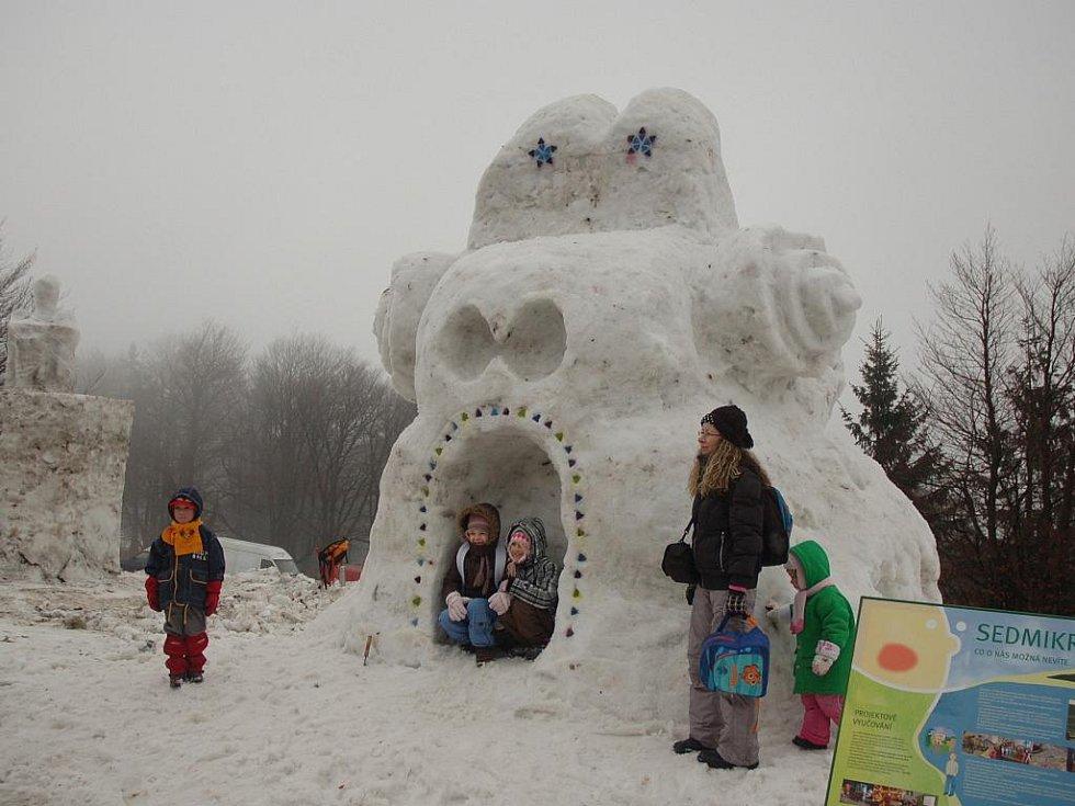 Sochy ze sněhu a ledu přilákaly o víkendu 15. a 16. ledna na Pustevny davy lidí.