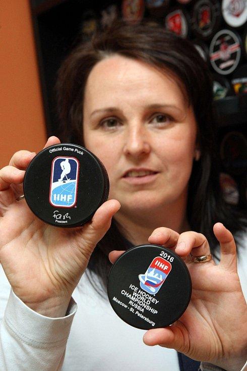 Výroba hokejových puků ve firmě GUFEX v Kateřinicích.  Na snímku Kateřina Zubíčková.