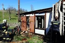 Hasiči zasahují v pondělí 20. dubna 2020 ráno při požáru malé šindelářské dílny v Huslenkách na Horním Vsacku.