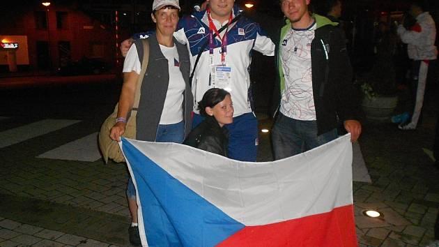 Vzpěra Jiří Orság na olympijských hrách v Londýně s maminkou, bratrem a sestrou.