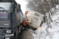 Vyprošťování kamionu na tahu mezi Vsetínem a Valašským Meziříčím.