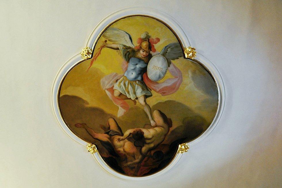 Jednou ze tří nástropních maleb v Zámku Lešná je obraz Archanděla Michaela, který vyhání neposlušné anděly z ráje. Archanděl Michael je patronem obce Lešná a objevuje se také v jejím znaku.