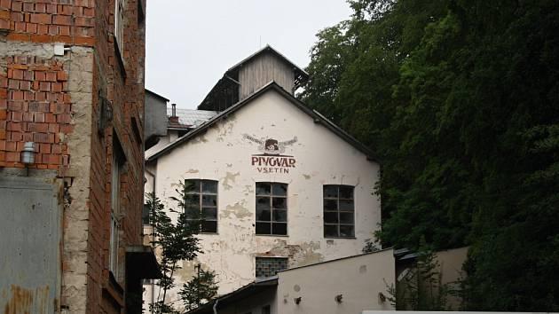 Chátrající budova bývalého pivovaru ve Vsetíně.