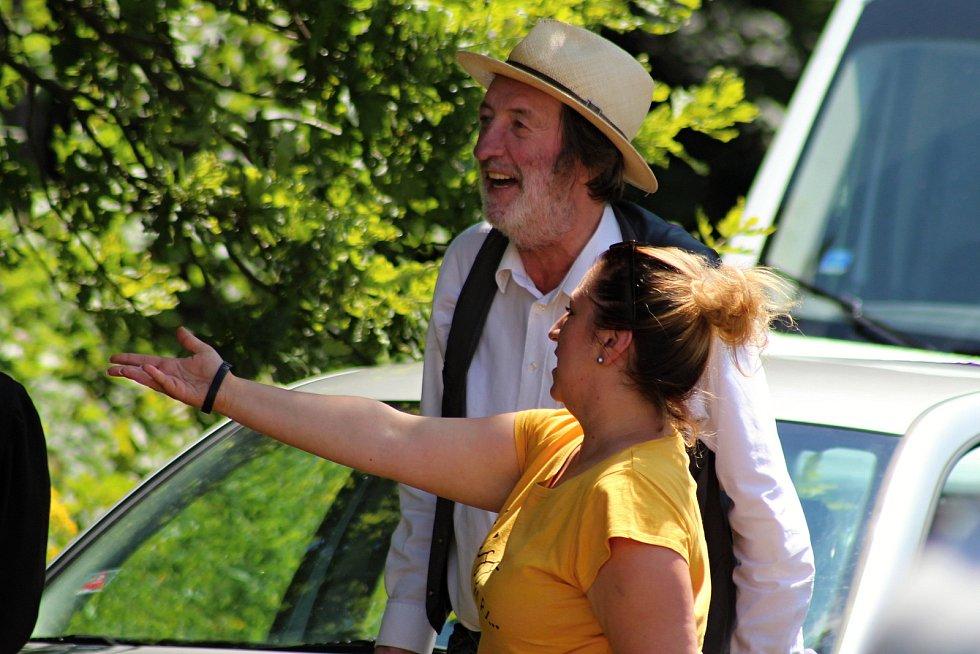 Filmaři pokračovali 3. července 2019 na kopci na Podlesím s natáčením pohádky Největší dar. Boleslav Polívka s režisérkou Martou Gerlíkovou.
