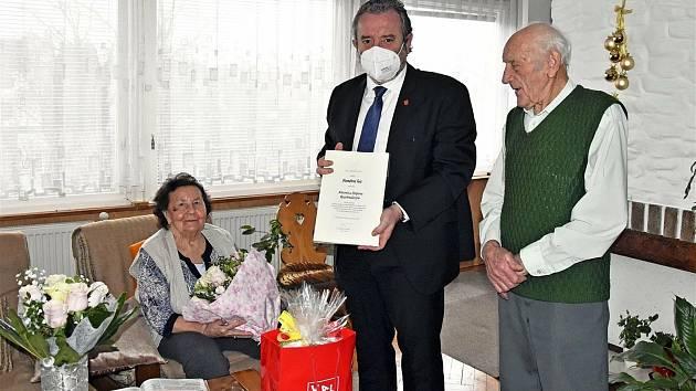Manželé Antonie a Štěpán Rozehnalovi zValašského Meziříčí oslavili na sklonku roku platinovou svatbu. Poblahopřát jim přišel starosta města Robert Stržínek.