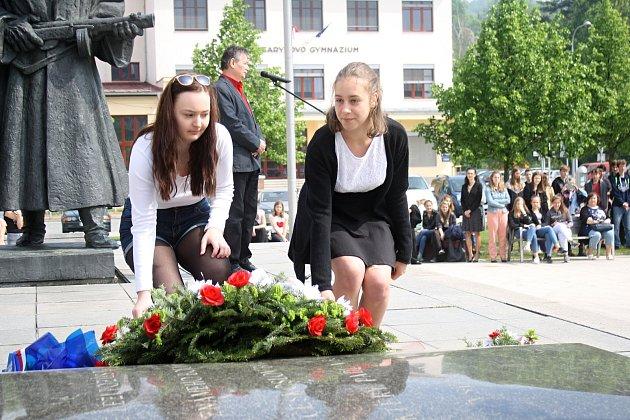 U příležitosti 73. výročí konce druhé světové války a osvobození se v pátek 4. května 2018 uskutečnil slavnostní pietní akt na Náměstí svobody ve Vsetíně. Kytice a svíčky položili u památníku talé žáci vsetínských škol.