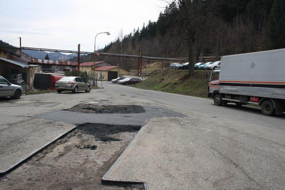 Připraveno k opravě. Silnice v Jasenicích, v bývalém areálu Zbrojovky, podstupuje opravu výtluků po zimě. Práce tam zajišťují Technické služby Vsetín. V dalších dvou měsících pracovníci opraví i další silnice ve městě.