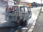 Technická závada na elektroinstalaci byla příčinou odpoledního požáru osobního auta na ulici Sokolská ve Valašském Meziříčí. Auto začalo hořet za jízdy.