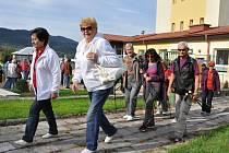 Členové a příznivci Klubu seniorů Rožnov pod Radhoštěm na Dni pro zdraví na hřišti u Základní školy v Hutisku-Solanci.