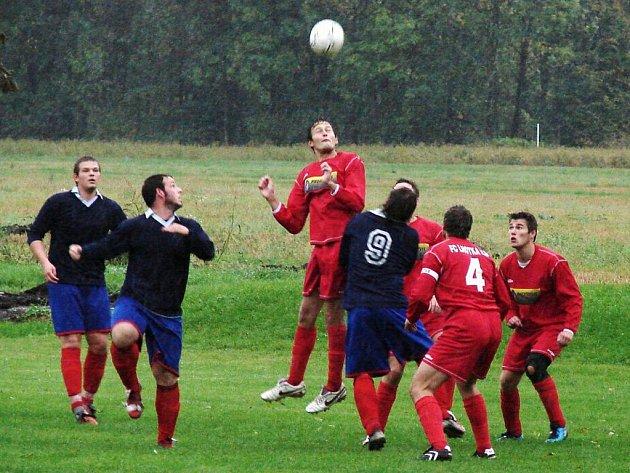 Fotbalisté Lhotky nad Bečvou (světlejší dresy) si předehrávali zápas prvního jarního kola a v domácím prostředí porazili Střítež nad Bečvou 1:0 brankou v poslední minutě zápasu.