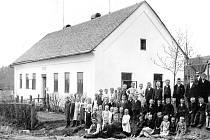 ŠKOLA. První písemná zmínka o škole na Pulčinách je z roku 1835, do té doby byla obec přiškolena k farní škole v Lidečku. Následně obecní úřad zakoupil chalupu s čp.18 a zřídil zde prozatímní školu. Ta nevyhovovala a tak byla v roce 1856 vystavena nová dř