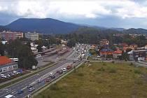 Záběr z webové kamery na rožnovském Jižním městě (příjezd do Rožnova pod Radhoštěm od Valašského Meziříčí) zachycuje v pondělí 20. července 2020 v 15 hodin kolony, které se tvoří na hlavní silnici I/35 kvůli probíhající rekonstrukci této silnice.