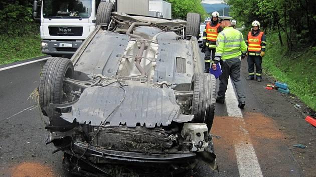 Řidič osobního vozu Volkswagen havaroval v pondělí 20. května dopoledne na silnici mezi Rožnovem pod Radhoštěm a Frenštátem pod Radhoštěm.