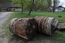 Opotřebované a shnilé dubové špalky hamru z Ostravice v Mlýnské dolině Valašského muzea v přírodě v Rožnově pod Radhoštěm.