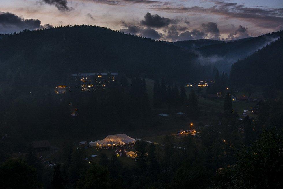 Týden kultury na Valašsku - údolí s šapitó.