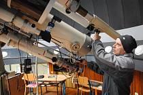 Odborný pracovník meziříčské hvězdárny Petr Zelený při pozorování zákrytů hvězd.