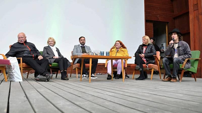Diskuze na téma Kde se stala chyba v kauze Bečva v amfiteátru v parku ve Valašském Meziříčí na prvním ročníku Envirofestu Bečva; neděle 19. září 2021