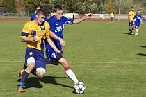 Fotbalisté Valašského Meziříčí B (modré dresy) doma prohráli se Štítnou 1:5.