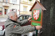 Ochránci přírody z Valašského Meziříčí označují tabulemi se smaltovým státním znakem památné stromy v okolí Vsetína a Valašského Meziříčí (na snímku ochránce přírody Milan Orálek); listopad 2019