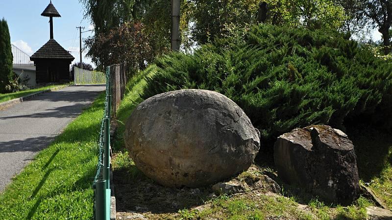 Vidče - kamenné koule v zahradě u domu v sousedství kostela.