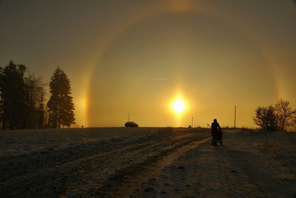 Halové jevy na Hostýnských vrších 28.12.2008. Dochází k nim díky ledovým krystalkům v atmosféře.