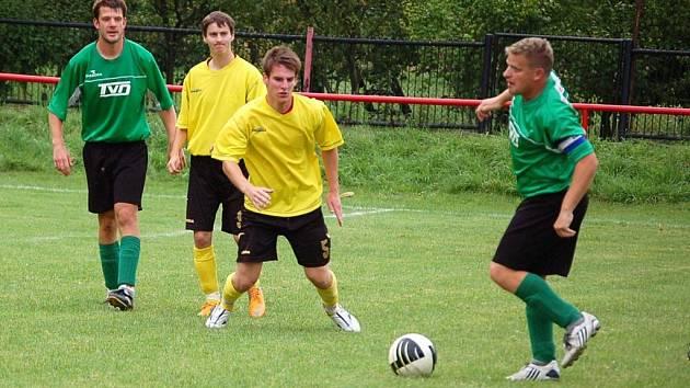 Fotbalisté Juřinky (žluté dresy) se dočkali druhého vítězství sezony, nad Slavičínem doma vyhráli 2:1.