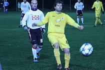 Fotbalisté Valašského Meziříčí (bílé dresy) v tomto utkání pod umělým osvětlením ve středeční dohrávce remízovali s Kravařemi 3:3. O víkendu prohráli ve Slavičíně.