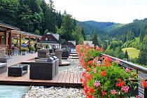 Poslední prázdninový víkend nabídne vResortu Valachy zábavu dětem i dospělým. Terasa hotelu Horal.