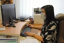 Starostka dvoutisícové obce Krhová na Valašskomeziříčsku při práci v kanceláři; 31. března 2020