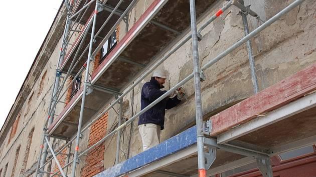 Zámek Kinských ve Valašském Meziříčí prochází rekonstrukcí, pracuje se na fasádě pravého křídla.