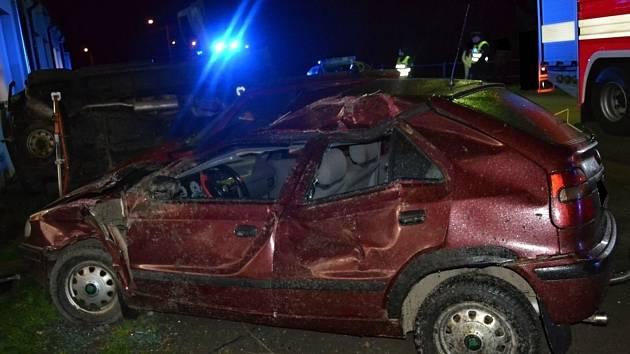 Demolicí tří aut skončila ve středu 12. dubna 2017 večer v Novém Hrozenkově divoká jízda trojice mladíků ze Vsetínska. Viníkem nehody byl zřejmě devatenáctiletý řidič vozu Citroen ze Vsetínska, který jel příliš rychle a nezvládl řízení. Nehodou způsobená