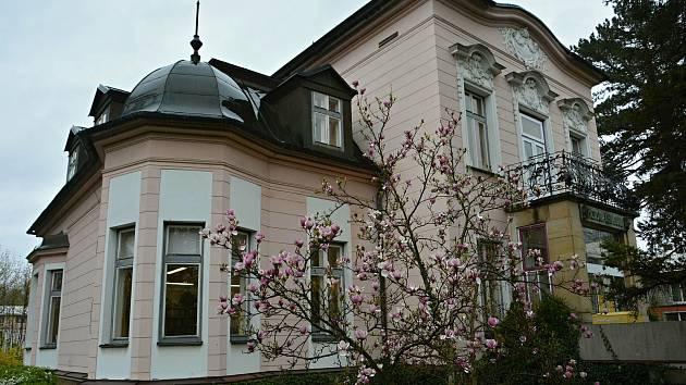 Městská knihovna v Rožnově pod Radhoštěm sídlí od roku 1993 v Bergerově vile v Bezručově ulici.